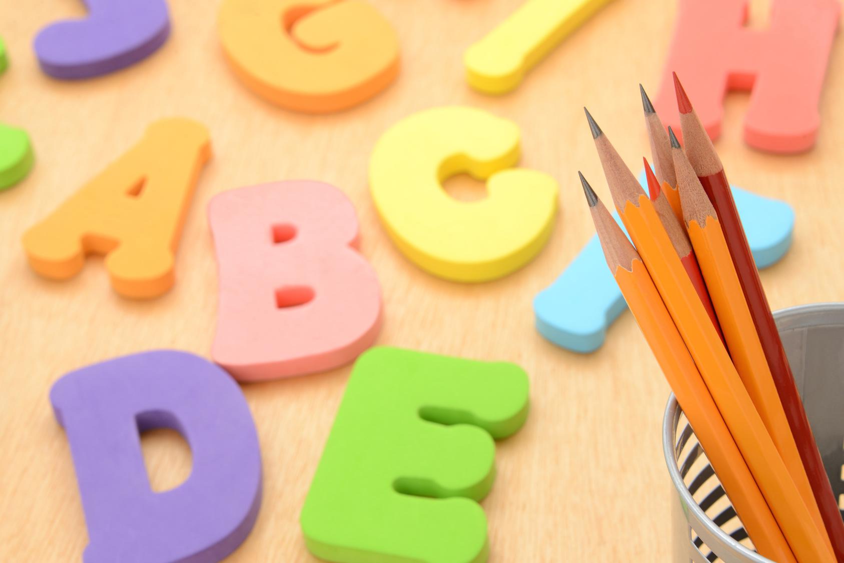 教育イメージ―アルファベットのおもちゃと鉛筆
